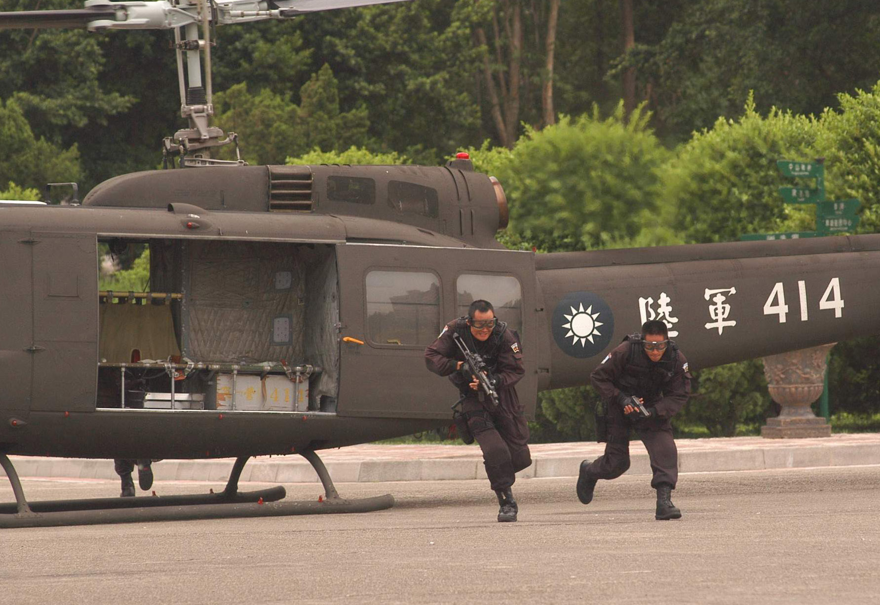 Two Chinese Special Forces getting off aircraft with weapons.